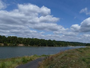 The bike path along the Loire a Velo near Brehemont